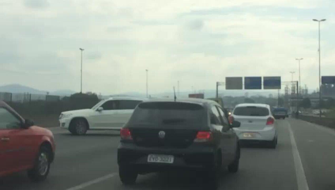 Veículos trafegam na contramão na Rodovia Fernão Dias, em Guarulhos