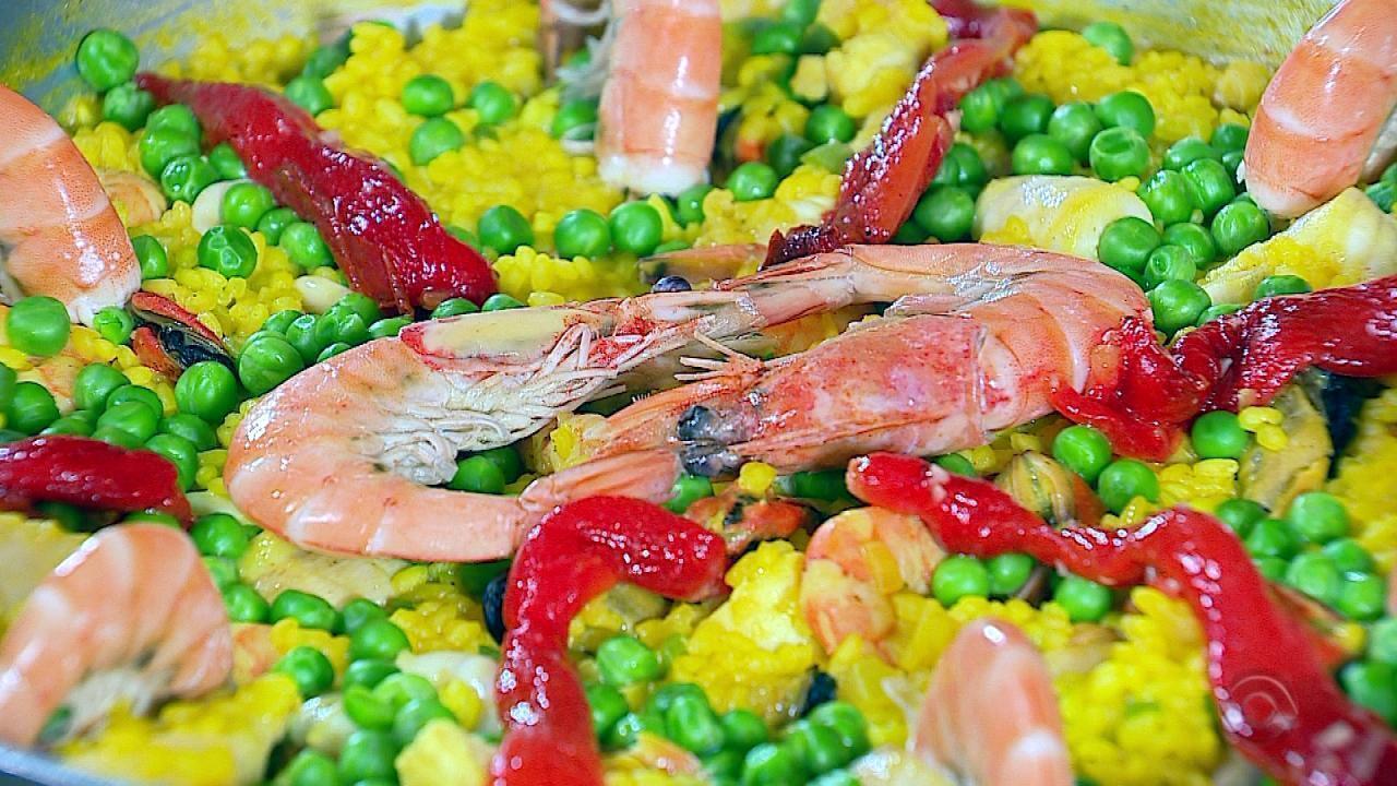 Neto Fagundes prepara receita de Paella com Andréa Franco no quadro Cozinha de Galpão