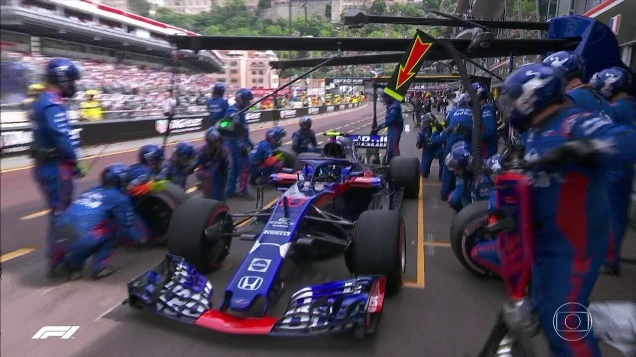 Pierre Gasly para nos boxes depois de 37 voltas no GP de Mônaco