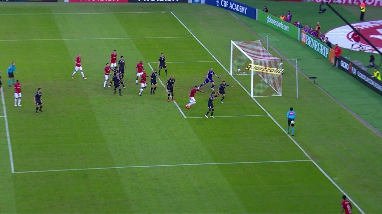 Lucca bate muito mal escanteio e acerta o árbitro de linha aos 07 do 2º