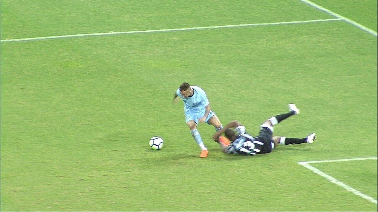 Everton cai na área, juiz marca pênalti, mas depois volta atrás, em 01' do 2T