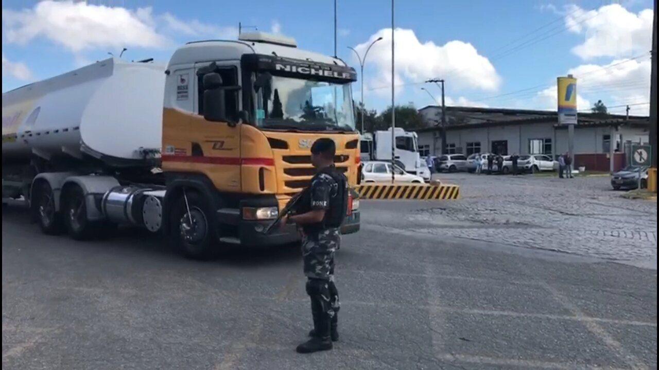 Caminhões saem escoltados de terminal de abastecimento em Araucária