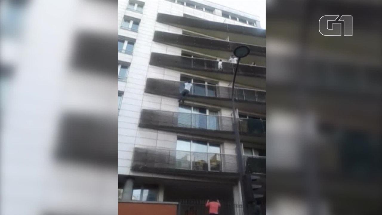 'Homem-aranha' imigrante escala prédio para resgatar criança pendurada em Paris