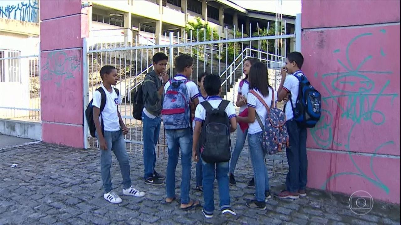 Milhares escolas e universidades do país cancelam as aulas