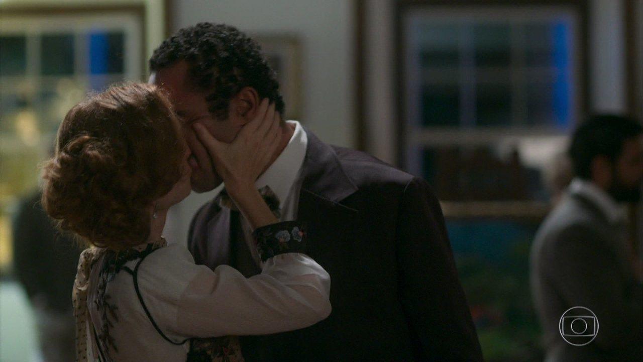 Ludmila causa ao beijar Januário na boca durante exposição