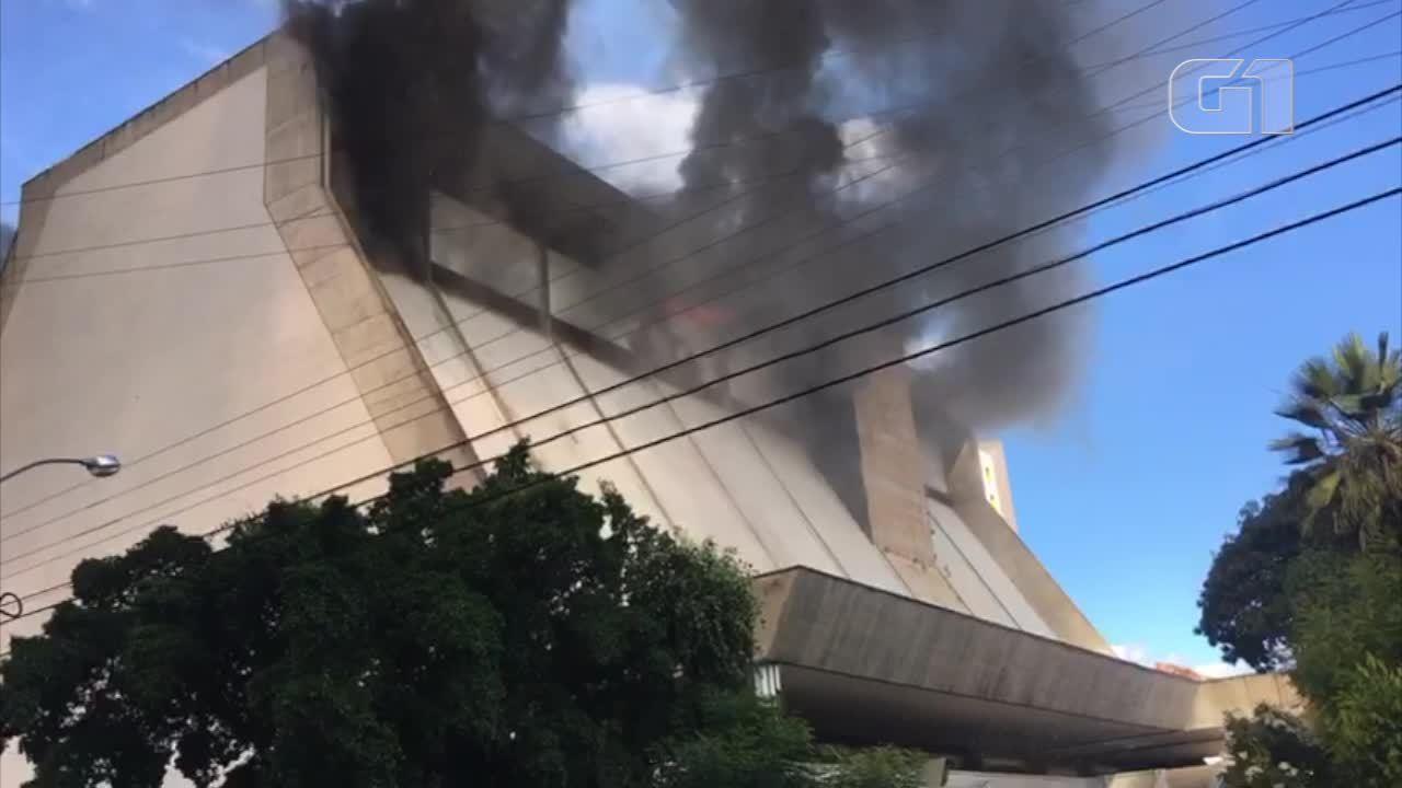 Internautas registram incêndio em hotel de Teresina
