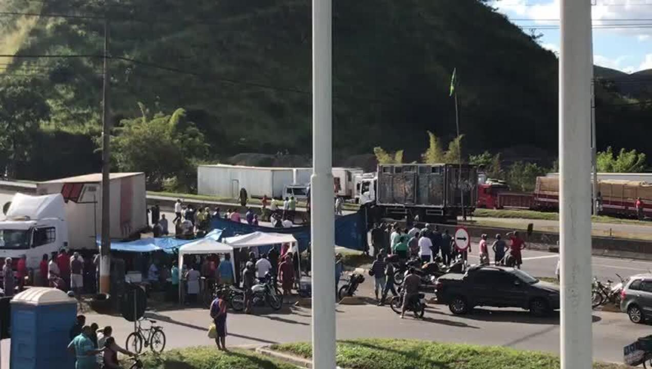 Manifestantes dialogam com forças de segurança na Via Dutra, em Barra Mansa