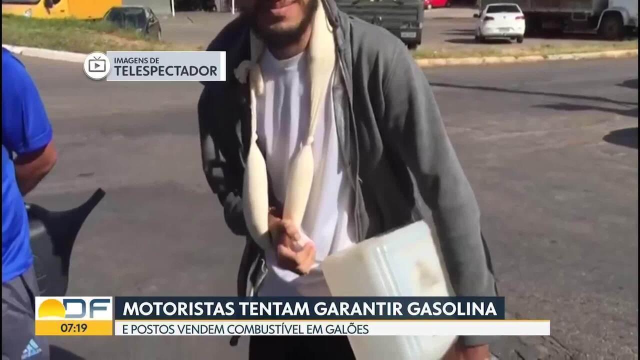 Motoristas do DF tentam encher galões com combustível
