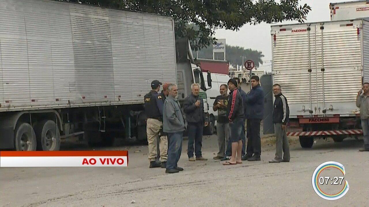 Exército e PRF fazem ação para liberar Dutra; caminhoneiros mantêm protesto