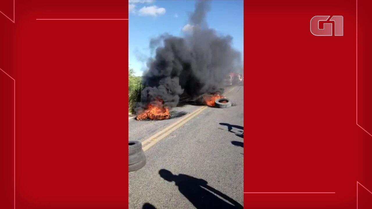 Caminhoneiros bloqueiam trecho de rodovia em Independência, na BR-226