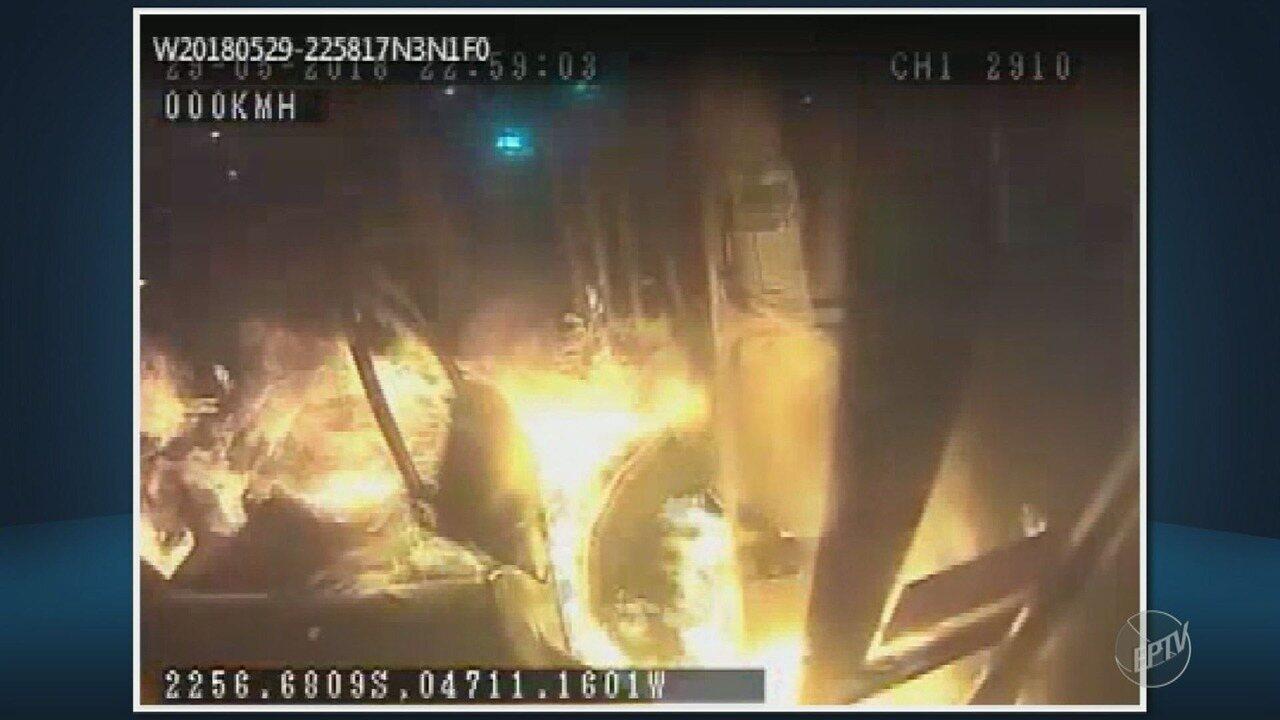 Imagens mostram homem colocando fogo em ônibus parado em Campinas