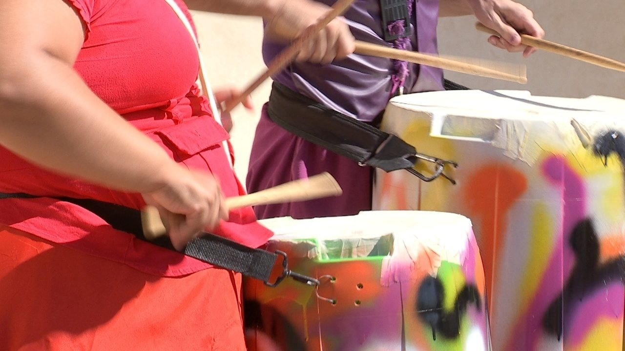 Sacolinha plástica vira instrumento musical
