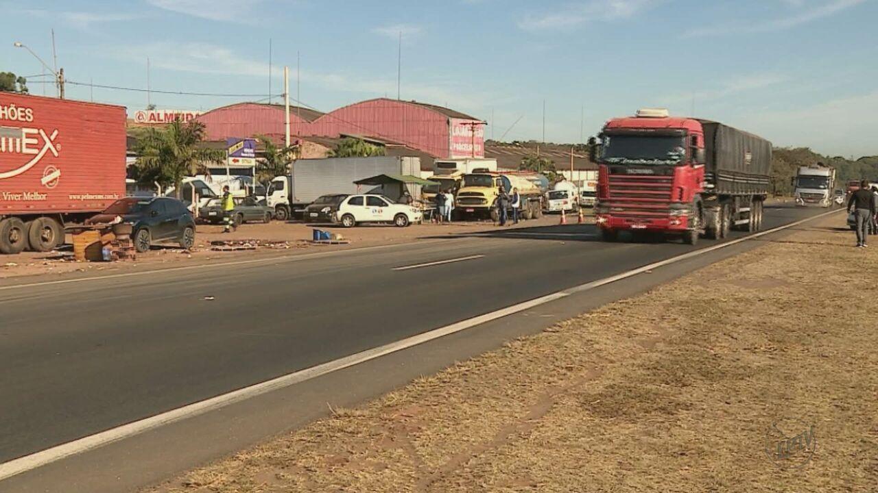 Caminhoneiros que estavam em greve deixam a Rodovia Washington Luís