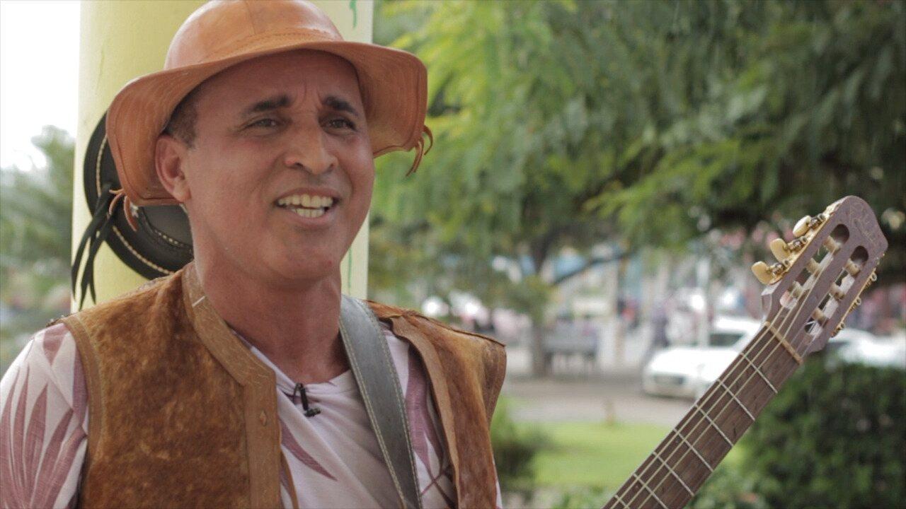 O Homem do Chapéu mescla cordel, poesia e música em seus shows