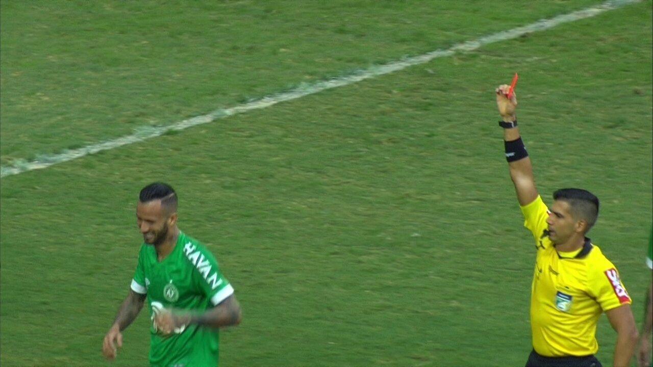 Leandro Pereira levanta demais o pé, leva segundo amarelo e é expulso, aos 37 do 1º tempo