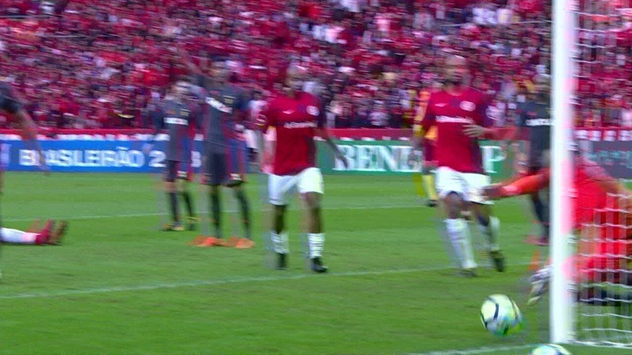 Sander tenta cortar, e Magrão evita gol contra com a ponta dos dedos, aos 16 do 2º tempo