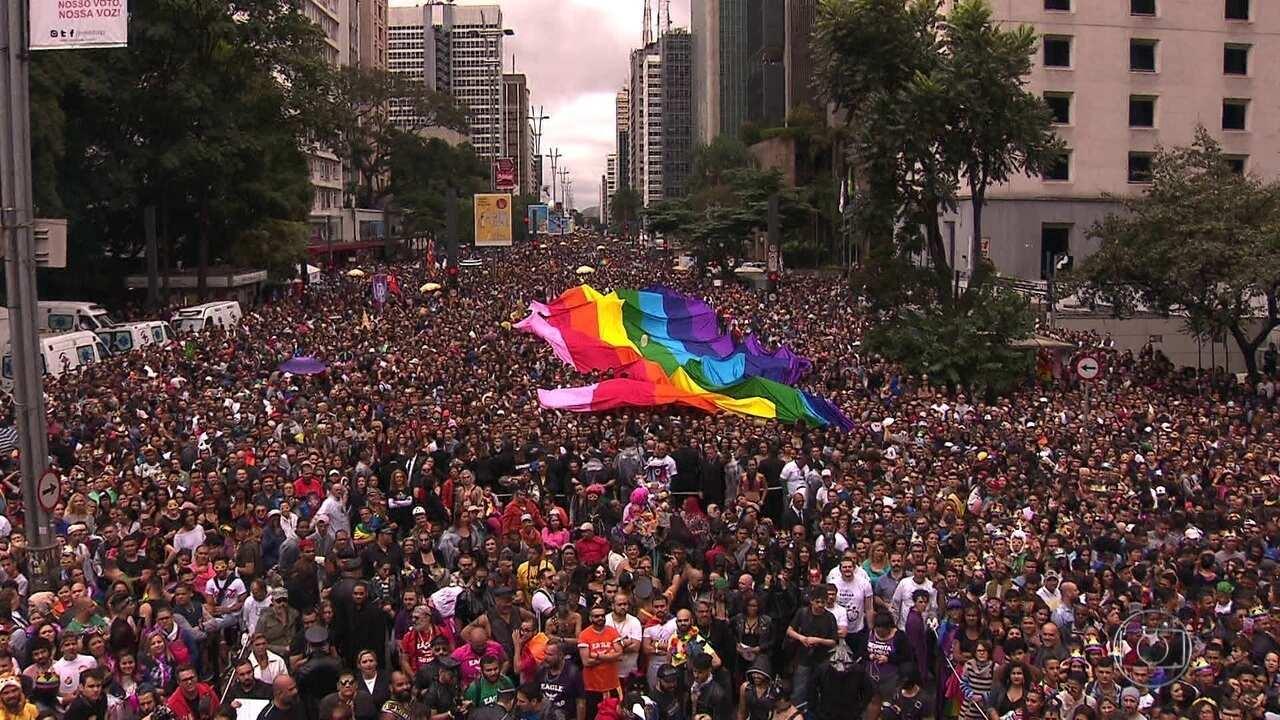 Parada LGBT leva multidão à Avenida Paulista