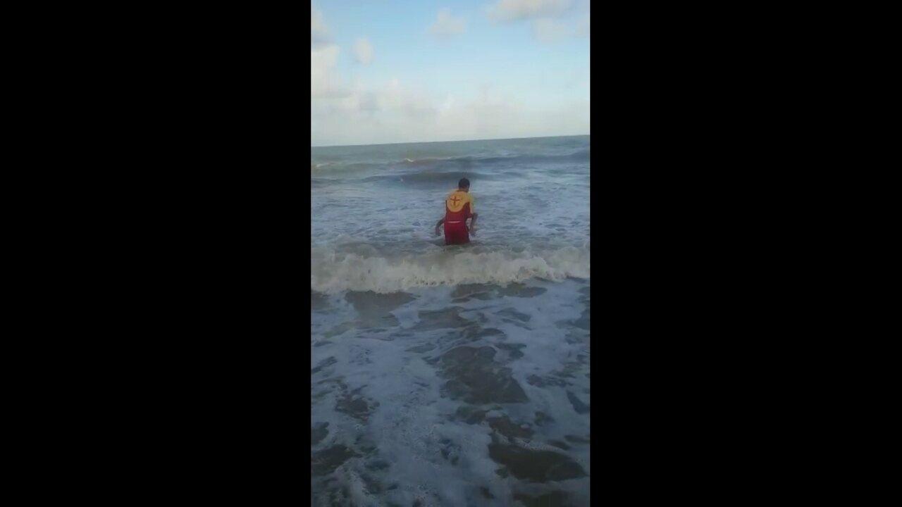 Carlos César retirou do mar, em Piedade, em Jaboatão, vítima de ataque de tubarão
