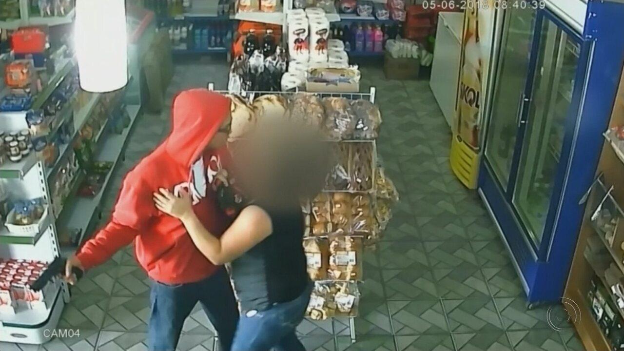 Cliente reage e leva cabeçada durante assalto a padaria em Rio Preto; vídeo