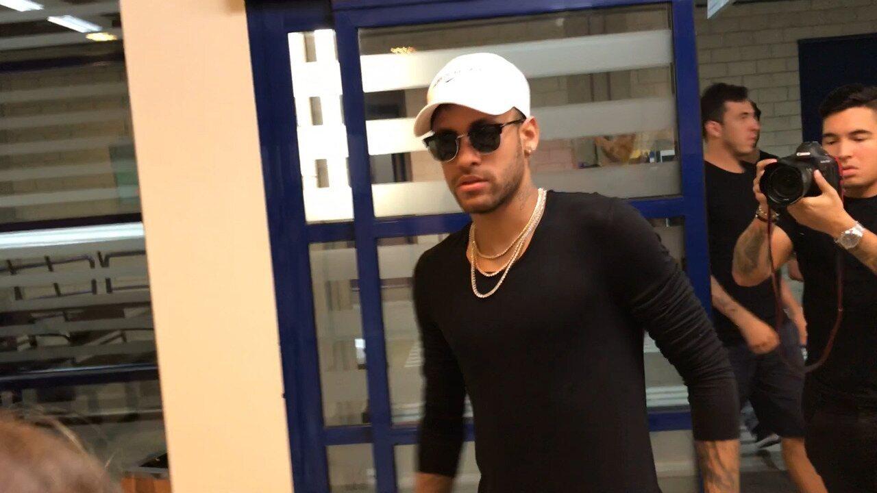 Neymar para os Estúdios Globo e distribui autógrafos em dia de gravação pro Caldeirão