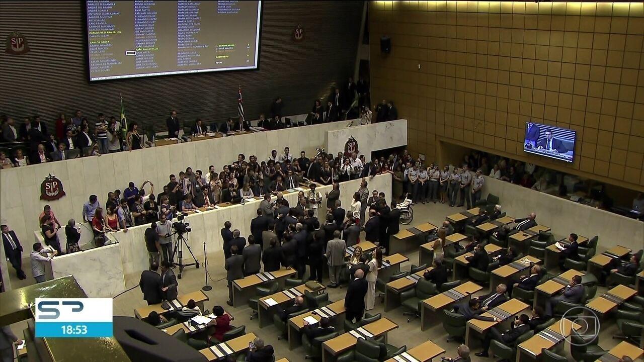 Deputados aprovam emenda que aumenta em 40% o teto salarial dos funcionários públicos