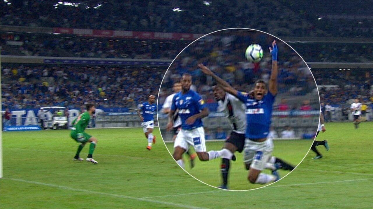 Raniel cai após dividida com Paulão e Cruzeiro pede pênalti do 2º tempo  - 6792073 - Após pênaltis não marcados, Cruzeiro programa ida à CBF para reclamar