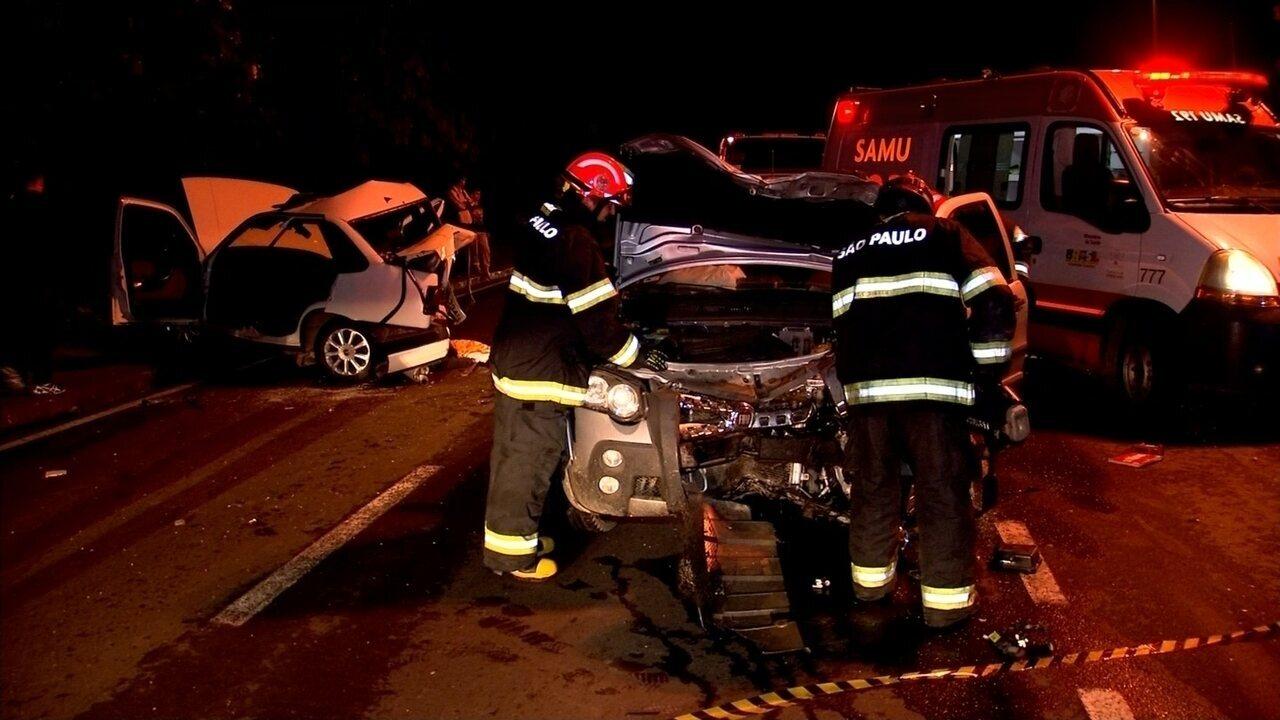 Acidente com dois carros deixa feridos e interdita pista de avenida em Sorocaba