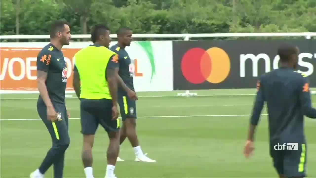 Renato Augusto volta a treinar com bola após dores no joelho esquerdo