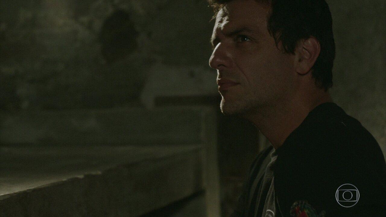 Adriano decide conferir de perto a cela 237
