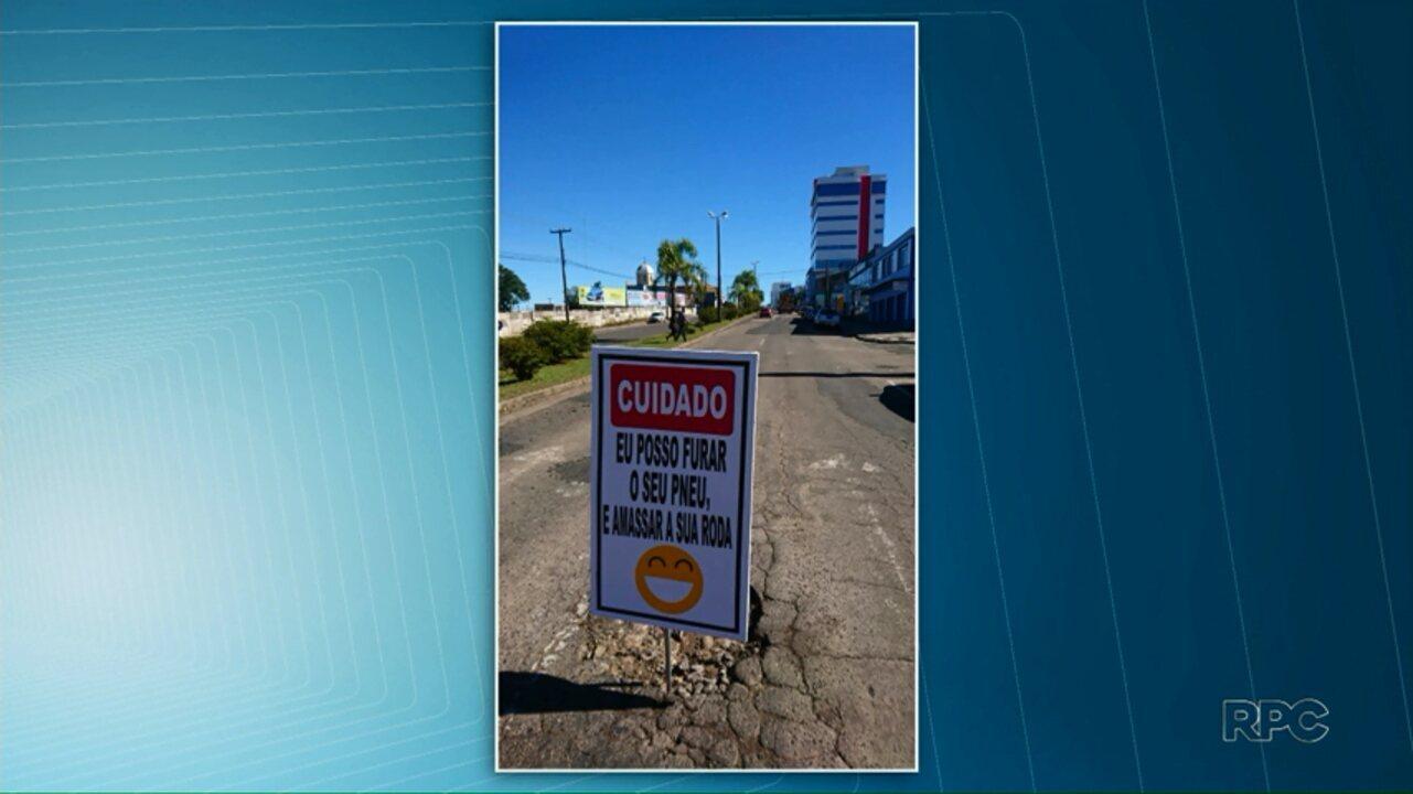 Placa bem-humorada em buraco avisa motoristas sobre risco de furar pneu em Ponta Grossa