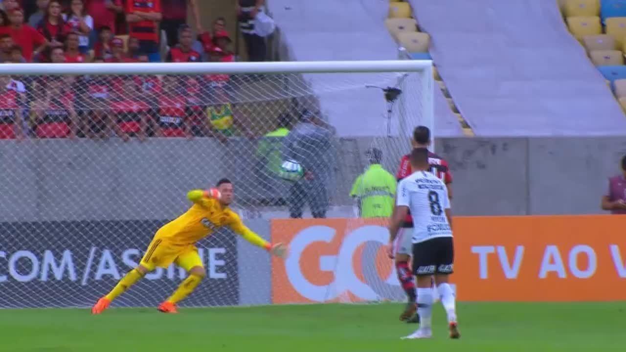 Confira 10 grandes defesas recentes do goleiro do Flamengo, Diego Alves