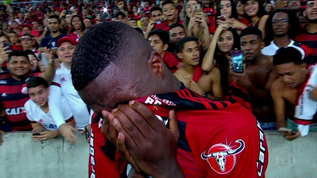 Vinícius Junior é abraçado pela torcida em sua última partida pelo Flamengo