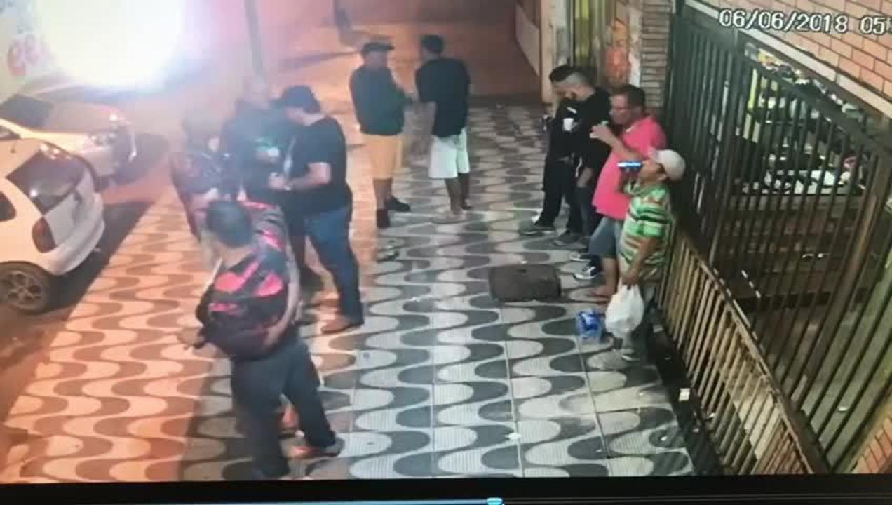 Vídeo mostra PM do DF abraçado com homem morto a tiros