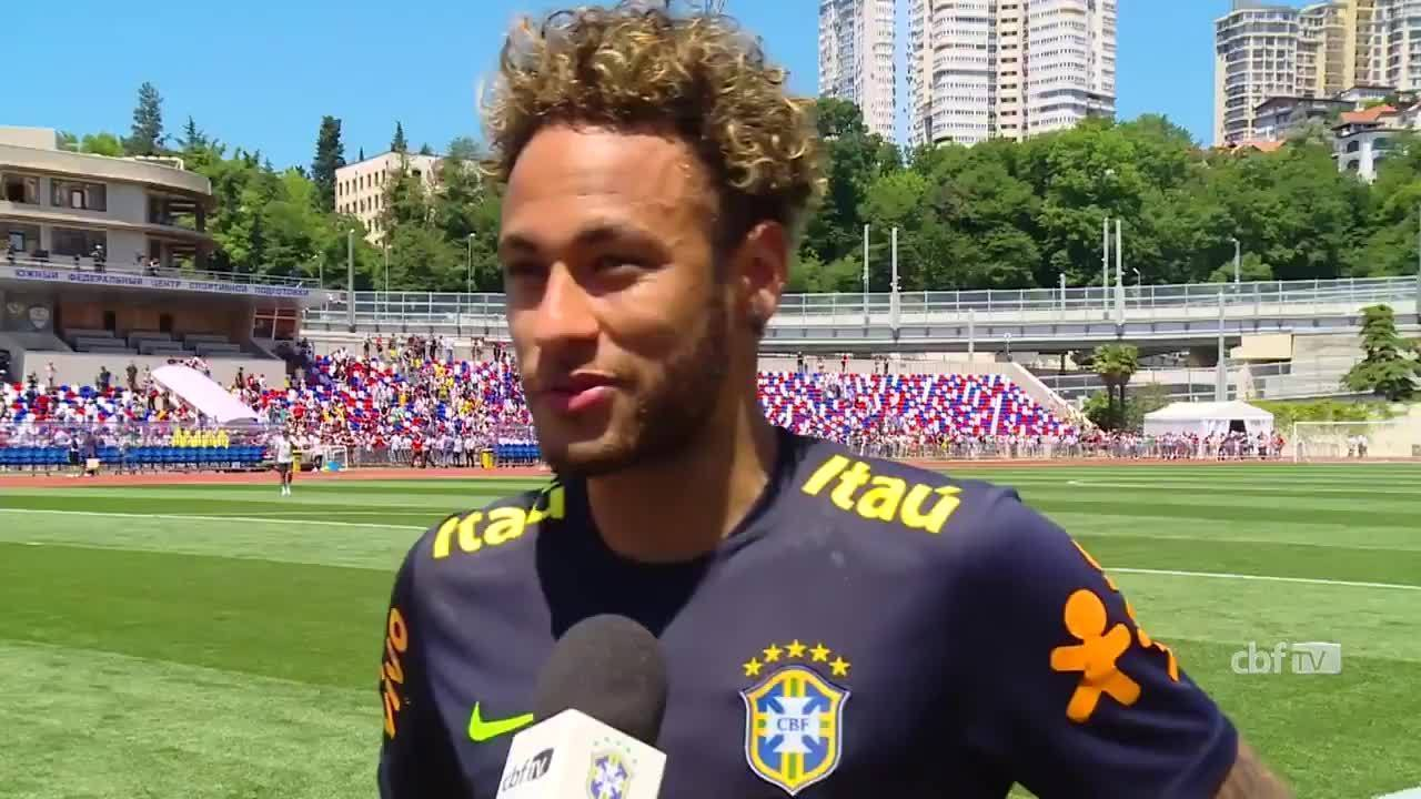 Neymar agradece apoio da torcida no treino do Brasil: