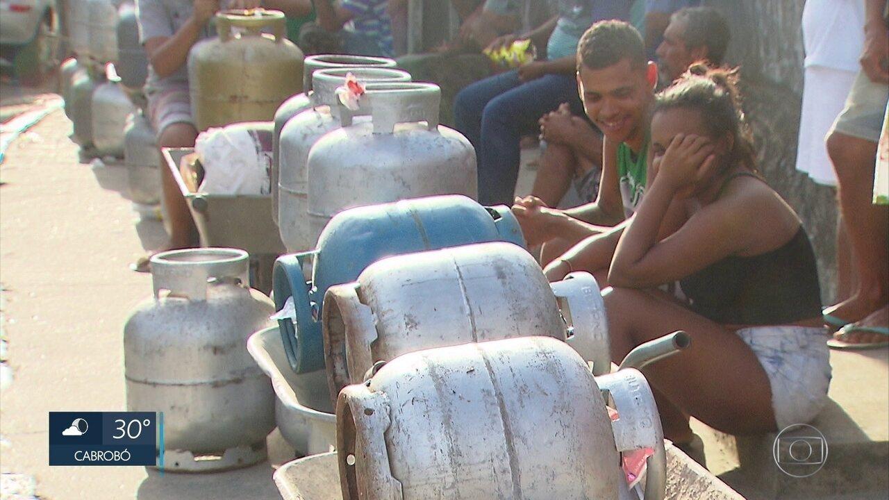 Moradores passam 12 horas esperando para comprar gás de cozinha no Recife