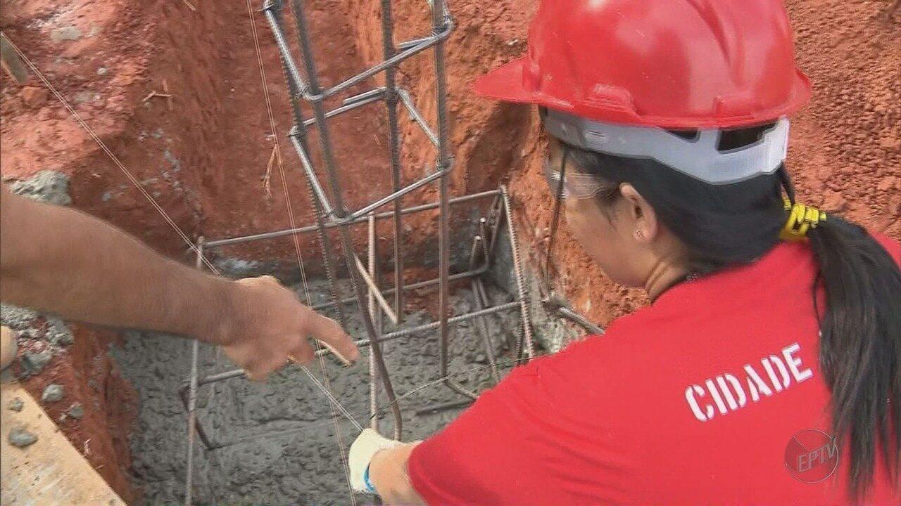 Curso em Pouso Alegre (MG) prepara mulheres pedreiras para o mercado de trabalho: