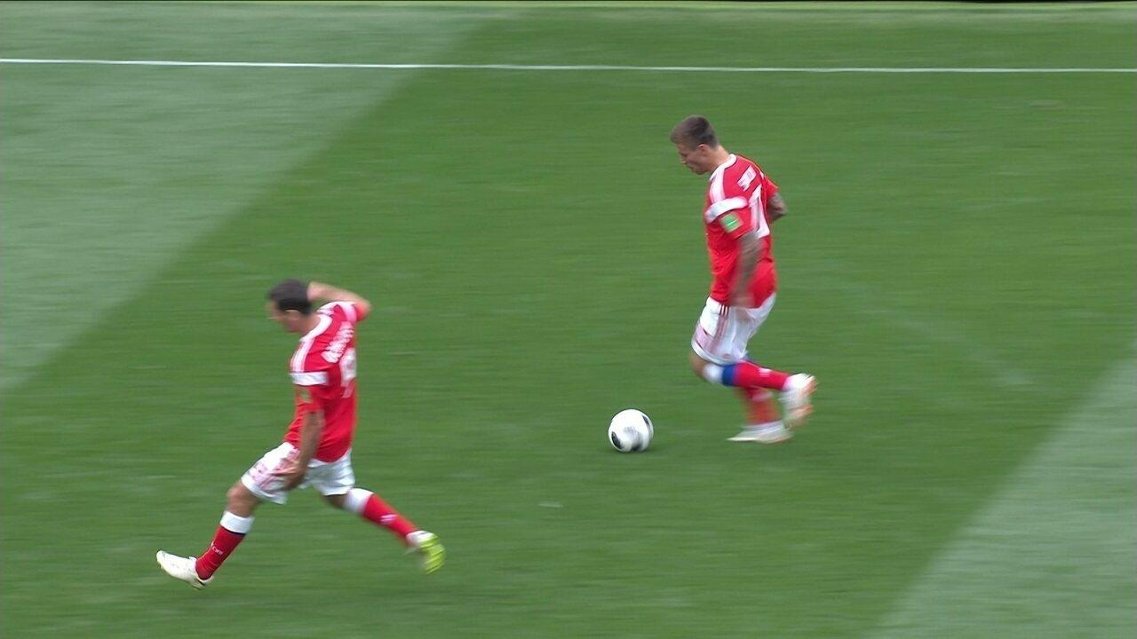 Dzagoev arranca para o ataque, sente a coxa esquerda e deixa o campo, aos 23' do 1º tempo