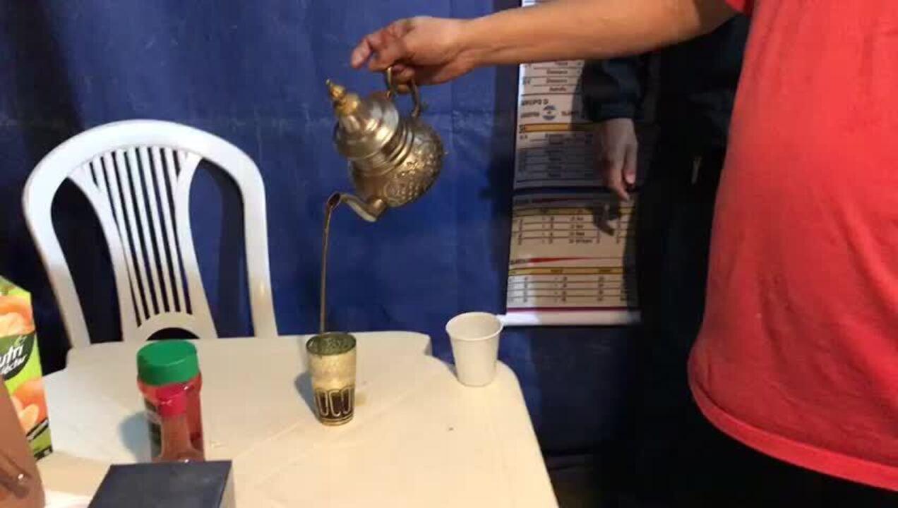 Toufik serve chá marroquino no quiosque dele, em Brasília