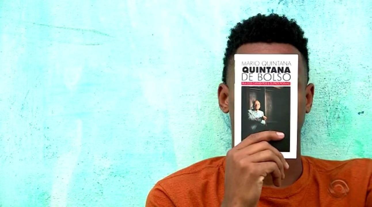 Inspirado por Mário Quintana, gaúcho é voluntário em associação lendo para crianças
