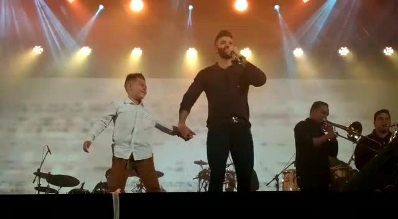 Gusttavo Lima divide palco com fã durante show na Festa Junina de Votorantim