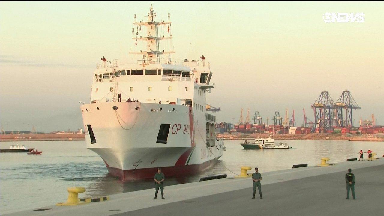 Primeiro barco com imigrantes resgatados no Mar Mediterrâneo chega à Espanha
