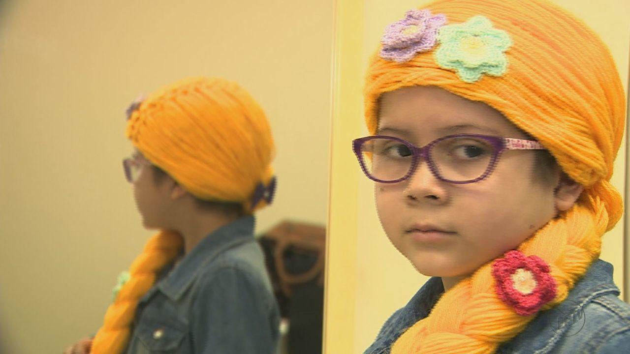 Projeto de voluntários entrega 'perucas de princesas' para crianças com câncer em Campinas