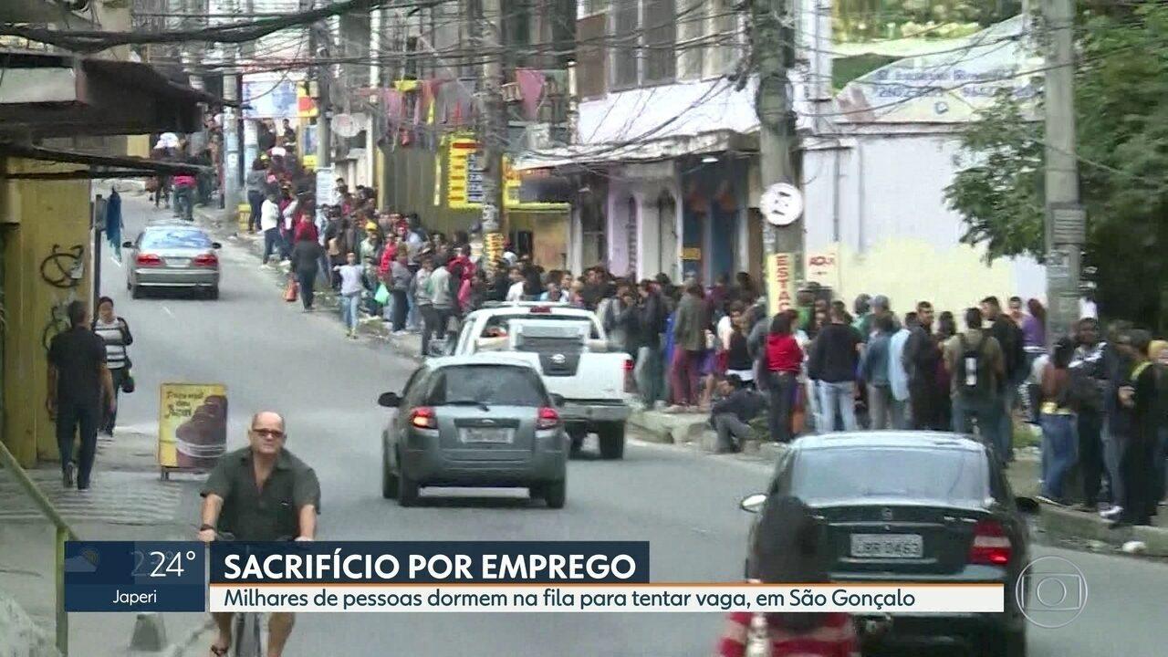 Centenas de pessoas formam fila em busca de emprego em São Gonçalo