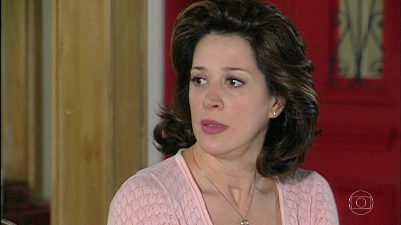 Giovana se surpreende ao ver que Safira não liga para a notícia da morte de Valdete