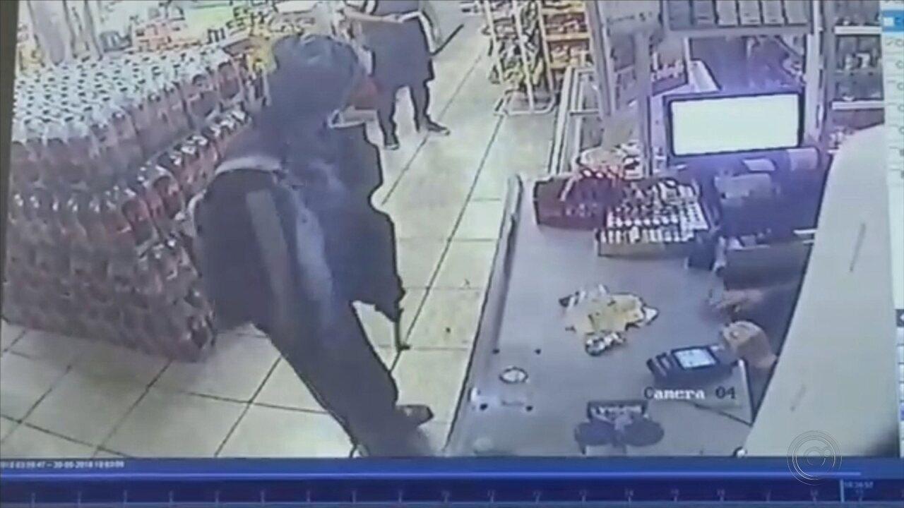 Homem armado rende funcionária e assalta mercado em Itapetininga