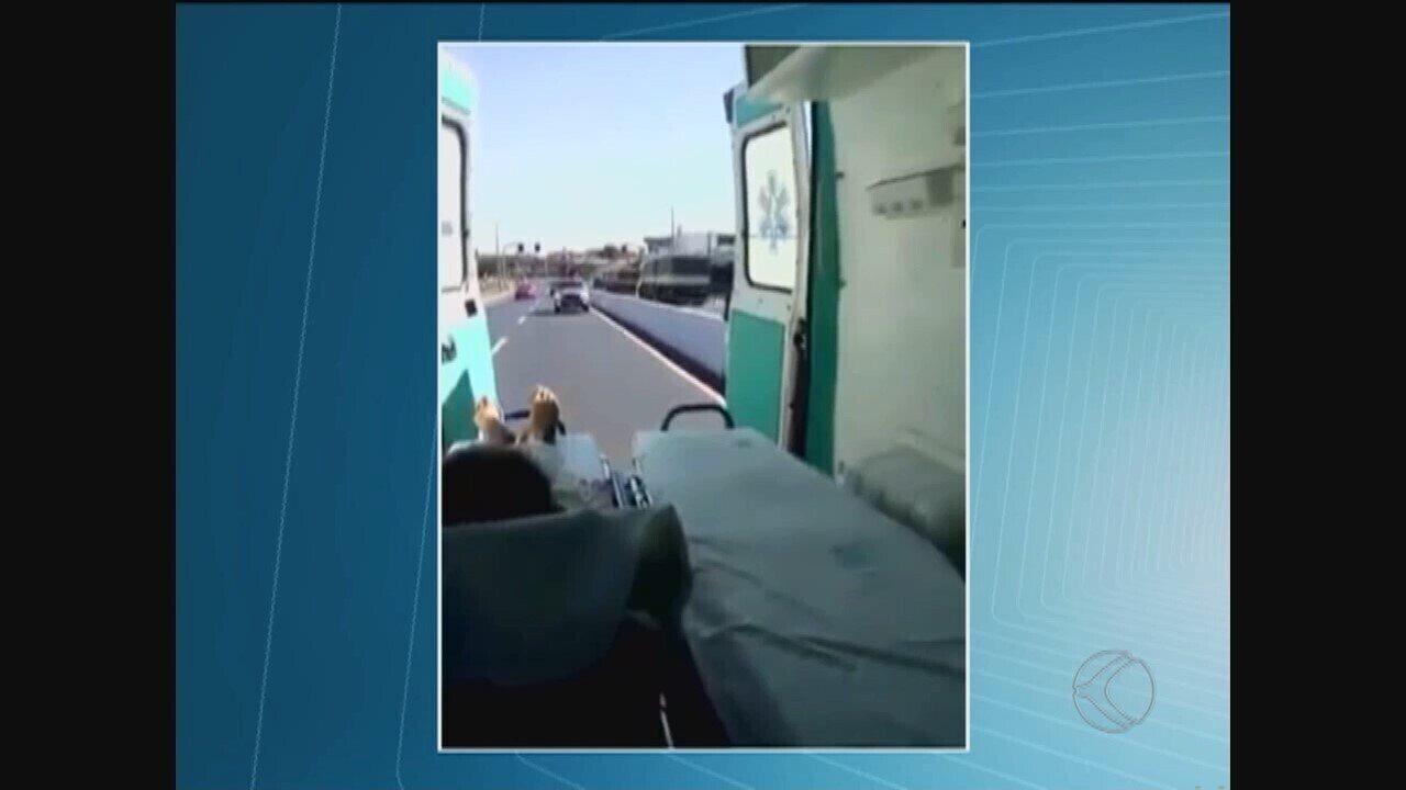 Ambulância transporta paciente com portas abertas em rodovia de Uberlândia