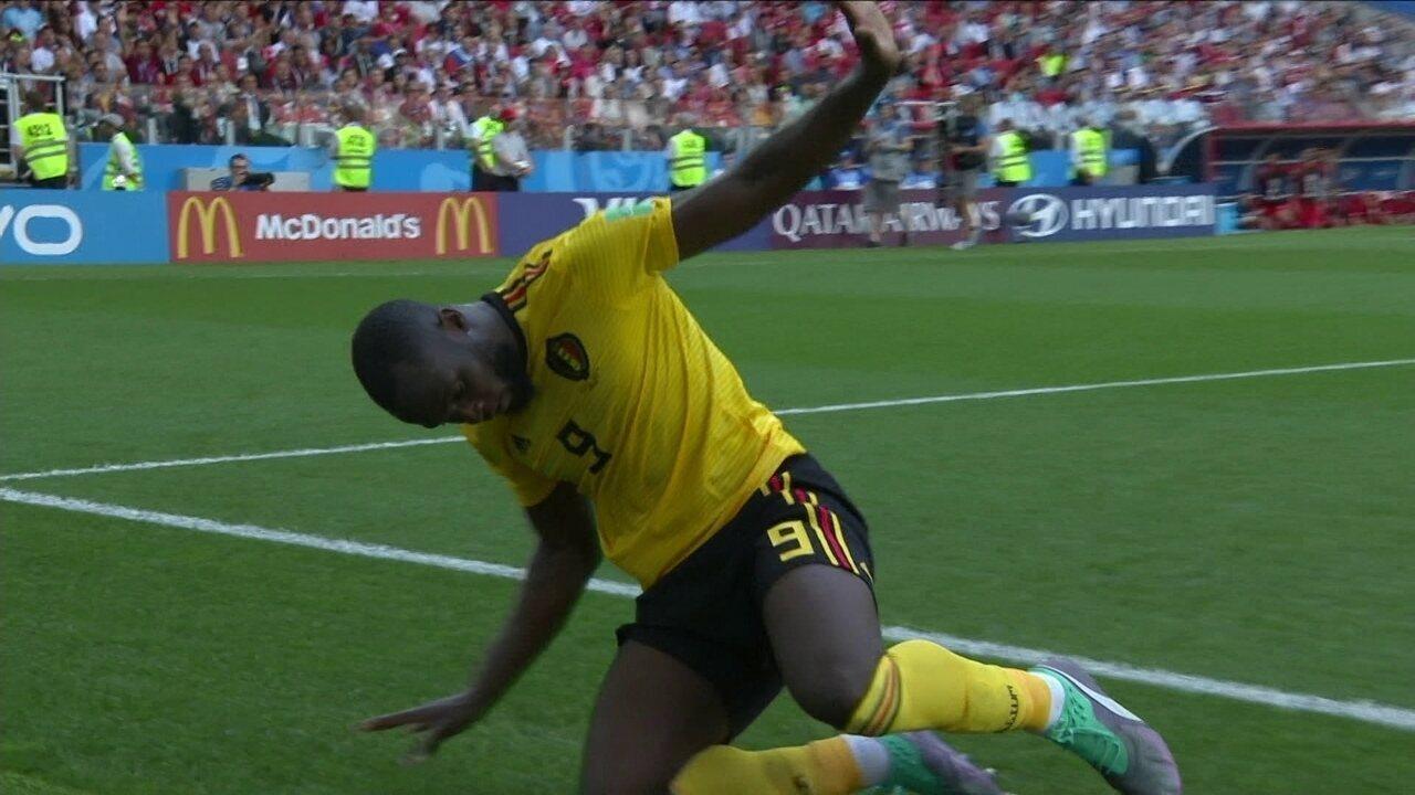 Lukaku sai na cara do goleiro, cai, mas avisa que não foi pênalti, aos 26` do 1º tempo