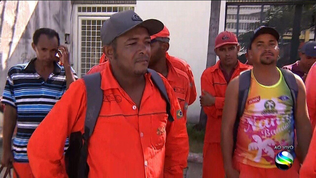 Funcionários de empresa responsável pela limpeza de praças e ruas da capital protestam