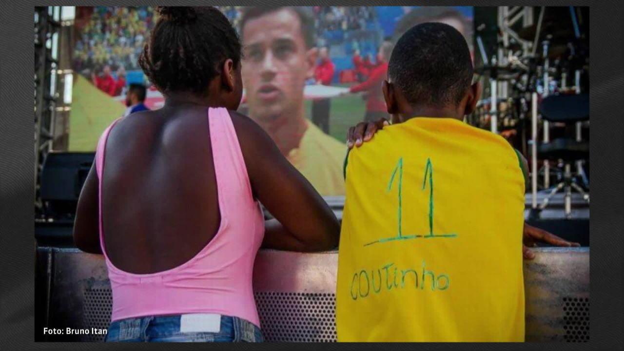 Menino emociona Philippe Coutinho com homenagem em camisa