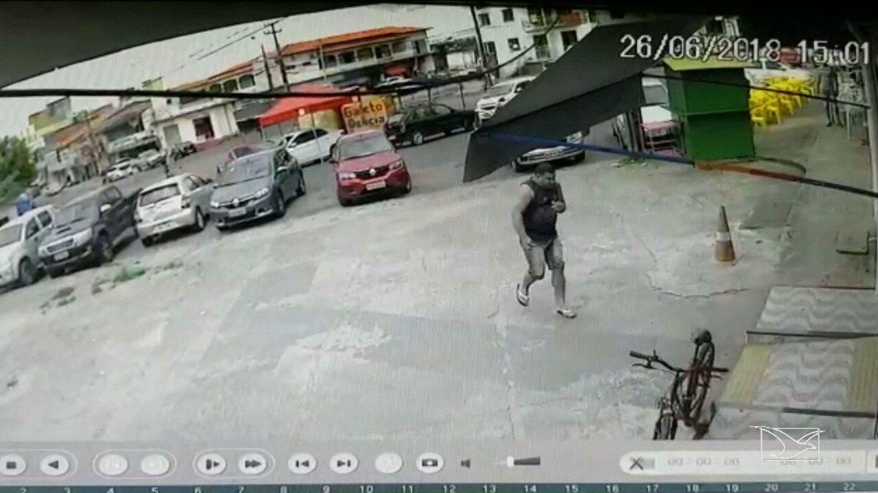Homem tenta se esconder de tiros disparados no bairro Bequimão, em São Luís